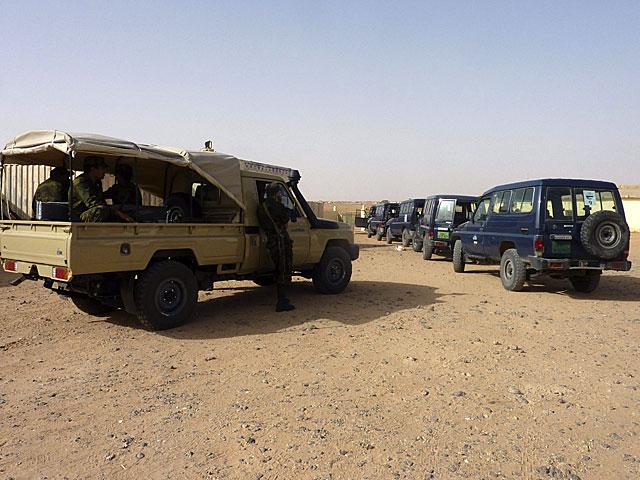 Un vehículo de seguridad escolta los coches en los que viajan los cooperantes. | Efe