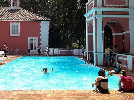 Miembros del sindicato SAT en la piscina de la finca. | Madero Cubero