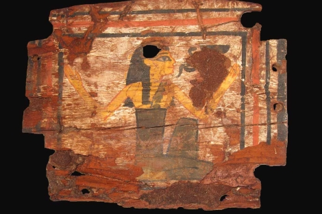 Caja de madera con la diosa Wadyet hallada en Asuán. | Alejandro Jiménez/J. L. Martínez