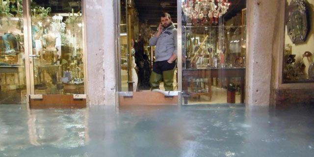 La lluvia ha desbordado los canales de Venecia. | Efe