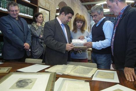 El presidente de la Diputación de Jaén observa algunos documentos del legado del poeta. | M. Cuevas