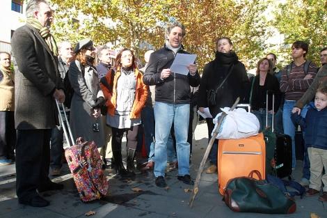 Luis Escribano lee el manifiesto ante el consulado de EEUU en Sevilla.  C. Márquez