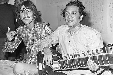 Ravi Shankar, junto a George Harrison.