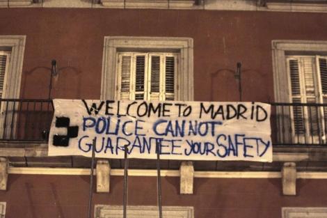 Uno de los carteles en la Plaza Mayor. | Efe
