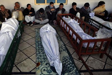 Cadáveres en la mezquita de Nichari Imambargah, en Quetta.| Reuters