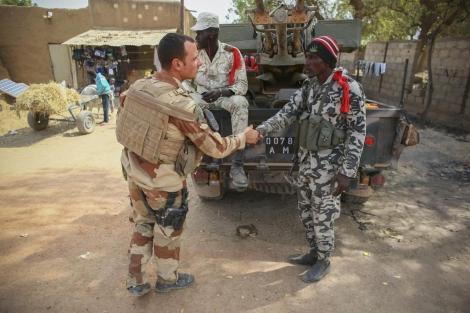 Soldados franceses saludan a soldados malienses en la ciudad de Dabaly. | Efe