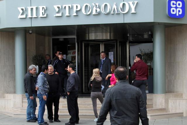 Imagen de gente esperando a las puertas de un banco