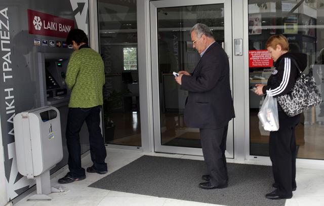 Una cola de personas en un cajero de Chipre. | Afp