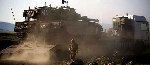 Un blindado israelí toma posiciones en los Altos del Golán. | Afp