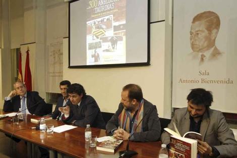 Lucas Pérez, en el centro, en la presentación del libro. | Alberto Cuéllar