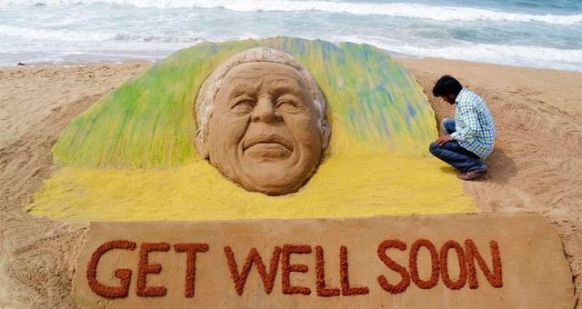 Un artista sudafricano pide la recuperación de Mandela en un monumento en la playa. | Reuters