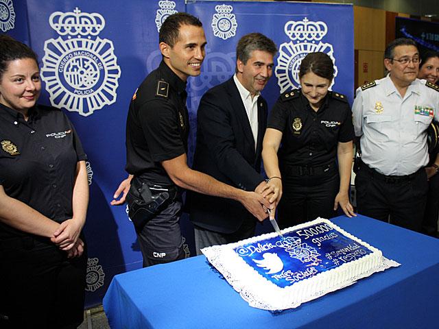 Cosidó corta la tarta en presencia de varios policías.