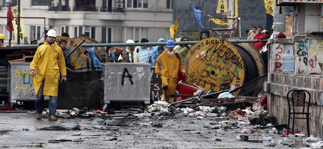 Activistas esperan tras una barricada en el parque Gezi cerca de la plaza Taksim en Estambul. | Efe