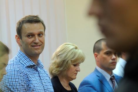 El líder opositor (izda.) ante el tribunal que le declaró culpable. | Afp