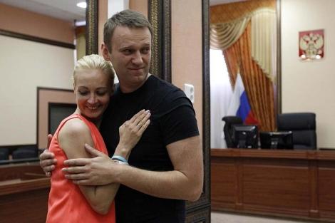 Alexei Navalni abraza a su mujer tras conocer su puesta en libertad. | Reuters