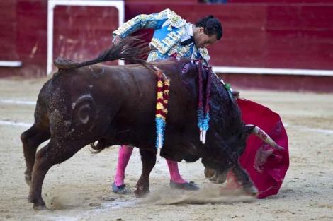 Natural de Fandiño a un toro de Fuente Ymbro. | Vicent Bosch