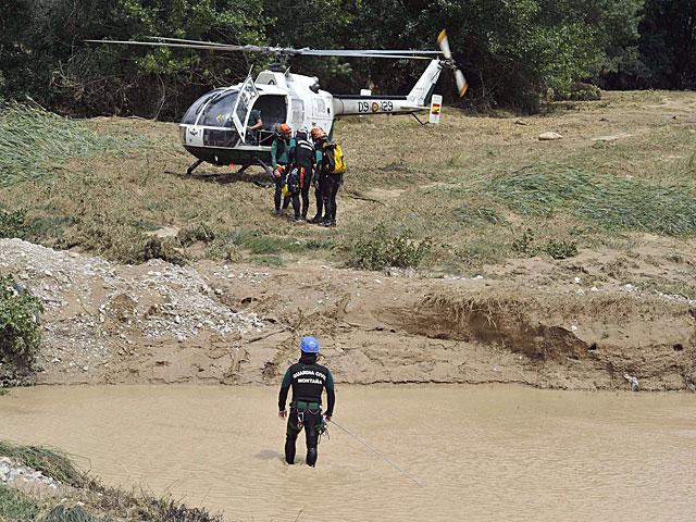 Agentes de la Guardia Civil durante la búsqueda de un hombre arrastrado por la corriente.   Efe