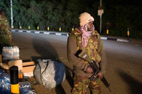 Un soldado keniano hace guardia en los alrededores del centro comercial.   Reuters