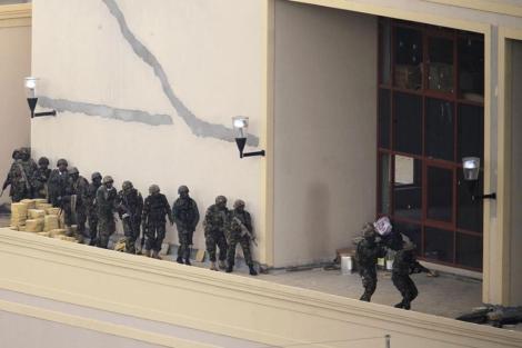 Varios soldados kenianos, en el centro comercial de Nairobi.| Reuters