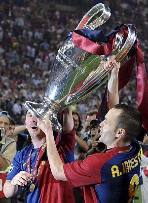 Iniesta y Messi levantan el trofeo de la Liga de Campeones en el Olímpico de Roma tras la victoria del Barça por 2-0 ante el United. (Foto: AP)