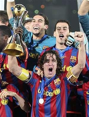 Puyol levanta la copa de campeones del Mundialito. (AP)