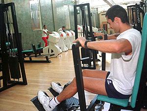 Un joven se ejercita en un gimnasio (Foto: Julio Carlos)