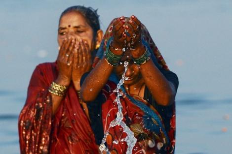 Mujeres hindúes peregrinan a orillas del río Ganges.   Afp