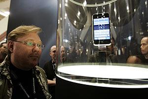 Un periodista contempla el iPhone tras su presentación en el MacWorld de San Francisco. (Foto: AP)