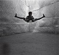 Cuerpo fibroso y elástico. Trabajar la flexibilidad del cuerpo es uno de los secretos que permite a los practicantes de esta técnica de lucha efectuar sus acrobáticas llaves. Se consigue a través de severos ejercicios y masajes con los pies, a menudo violentos.