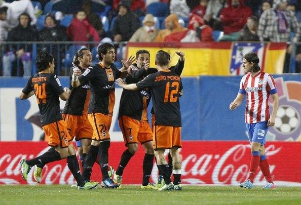 Competidísimo футбольный матч на Кальдерон и распределение очков.  Каждая команда доминировала одна сторона и забил Йонас и Фалькао.