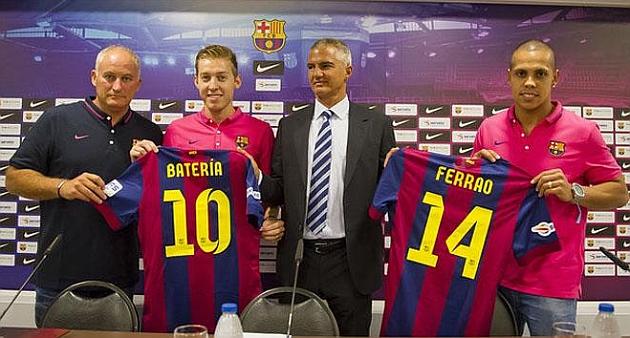 Ambos jugadores posan con sus nuevas camisetas