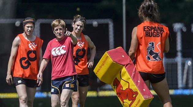 La seleccionadora Inés Etxegibel, dirigiendo una sesión de entrenamiento / Diego G. Souto (Marca)