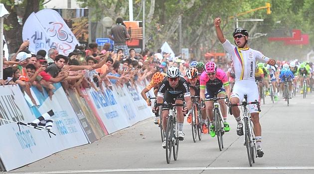 Gaviria celebra su triunfo por delante de Cavendish. FOTO: Prensa Tour de San Luis