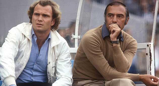 Pal Csernai con Uli Hoeness en el banquillo.