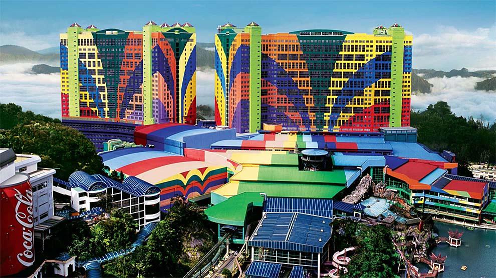 El First World Hotel es el más grande con 6.118 habitaciones, centro comercial y parque de atracciones.