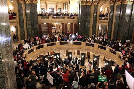 Fuertes protestas dentro del Senado de Wisconsin en contra del gobernador. | AFP