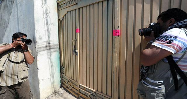 Fotógrafos en la puerta de la casa donde se encontró a Bin Laden. I AFP