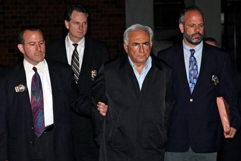 El director del FMI (c), a la salida de una comisaría de Policía de Nueva York. | AP