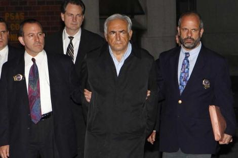 Dominique Strauss-Kahn es escoltado por dos agentes agentes en Nueva York.   Reuters