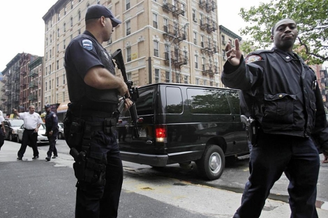 782bce3828dd Agentes de la Policía de Nueva York armados frente al tribunal.