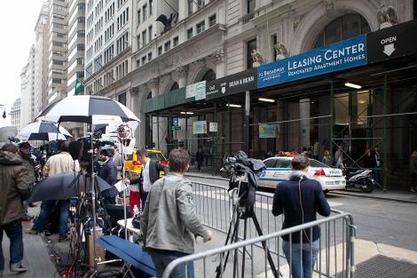Los periodistas apostados en la puerta del apartamento de DSK en Manhattan. | Reuters