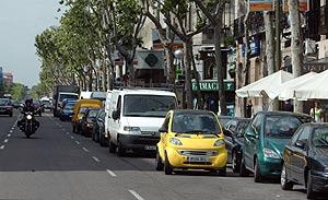 coches aparcados en doble fila. (Foto: Javi Martínez)