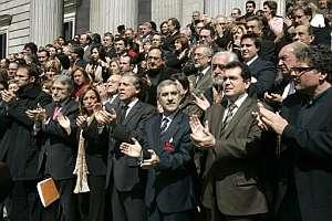 Los diputados aplauden tras los cinco minutos de silencio. (Foto: EFE)