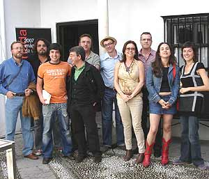 El autor de 'Ficción Sur', tercero por la izquierda, con varios de los cuentistas antologados.