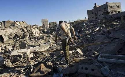 Un militante de Hamas camina por las ruinas de la comisaria   AP