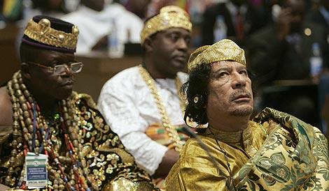 Gadafi, a la derecha, en la capital etiope. | Reuters
