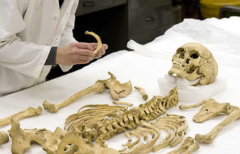 Fotografía del cuerpo del joven asesinado en el S. XVII.   AP