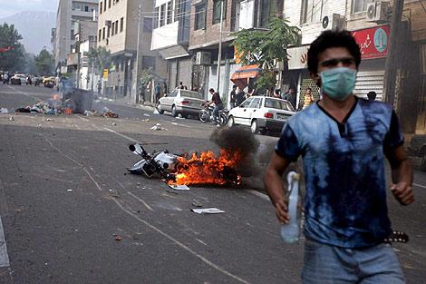Iraníes se enfrentan a la policía durante una de las protestas. | Efe