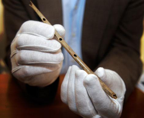 La flauta fabricada hace 35.000 años, hallada en Alemania. | AFP