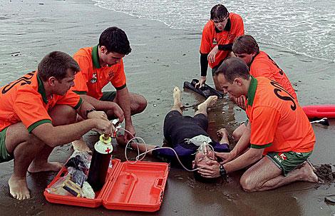 Un equipo de salvamento socorre a un bañista con signos de ahogamiento. | Efe